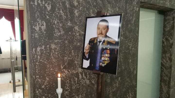 В Екатеринбурге прощаются с Героем России Романом Шадриным