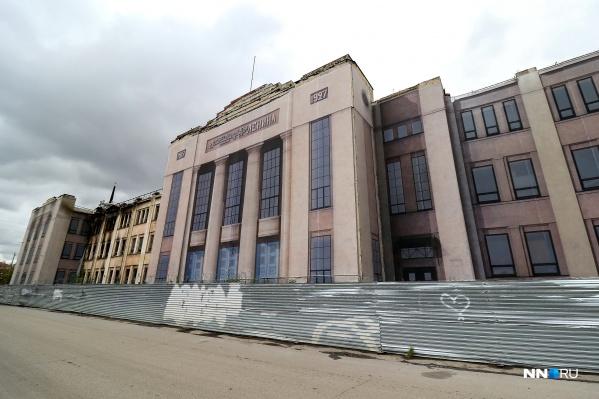 Сейчас часть бывшего Дворца культуры закрывает фальшфасад. На другой части видны следы недавнего пожара