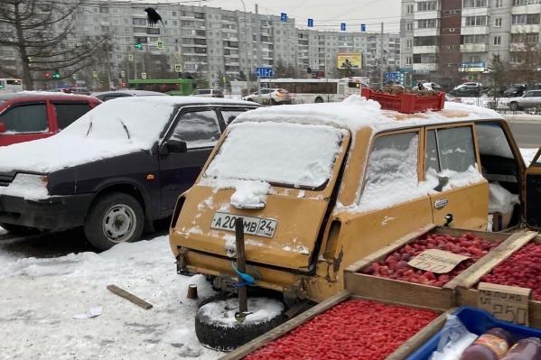 На рынке в Северном много машин, которые уже никуда не поедут. Эту использовали для хранения продуктов