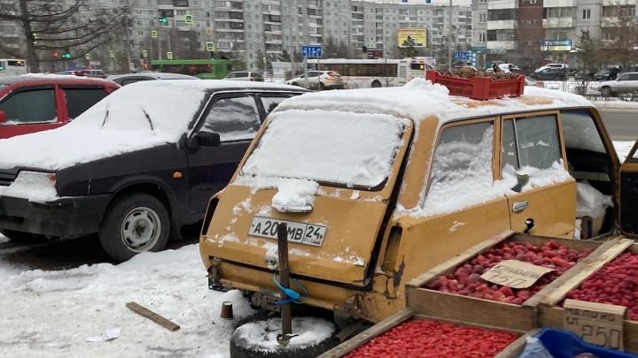 С рынка в Северном вывозят старые машины торговцев
