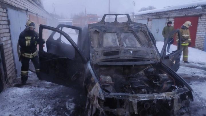 Не пытался выбраться: в Ярославле в машине сгорел мужчина