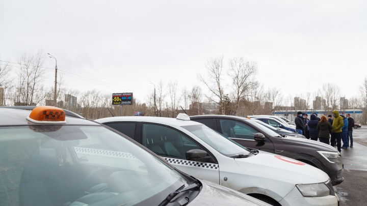 Водителей такси «Максим» массово заблокировали после протестной акции в Красноярске