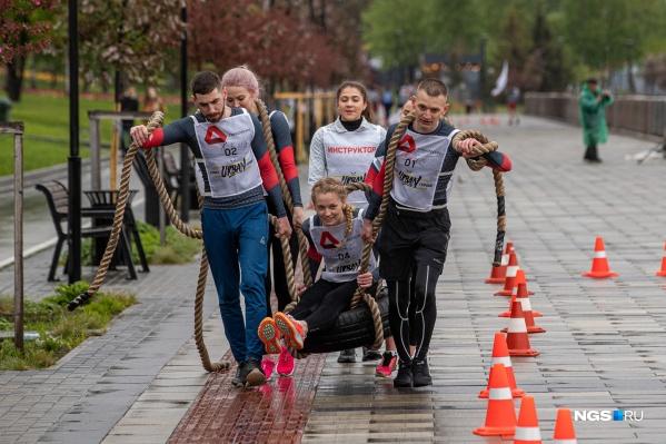 Сегодняшняя «Гонка героев» прошла в формате Urban — начинающие и опытные спортсмены покоряли городскую полосу препятствий