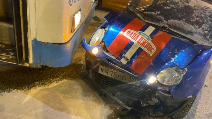 В Екатеринбурге Land Cruiser устроил аварию с тремя авто, троллейбусом и скрылся: видео момента ДТП