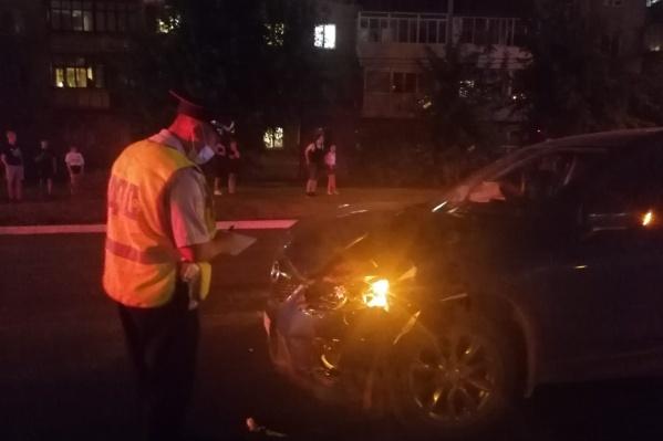 37-летний водитель автомобиля Mazda наехал на двух пешеходов, которые переходили проезжую часть на нерегулируемом перекрестке