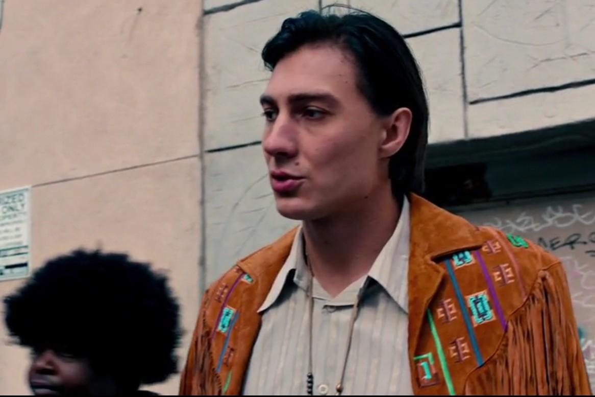 Сцена, снятая в США: Александр в «индейской» куртке, которая ему попросту мала, поэтому накинута на плечи