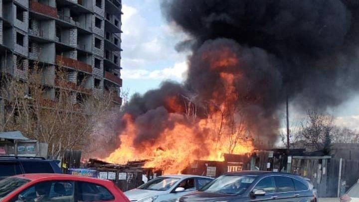 Напротив долгостроя на Уктусе, ради которого люди вставали на колени, полностью сгорел деревянный дом