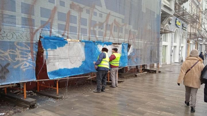 В Ростове закрасили граффити с человеком-бомбардировщиком, похожим на губернатора