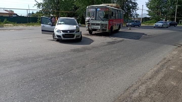 Не уступила дорогу: в Кургане пенсионерка за рулем кроссовера столкнулась с ПАЗом