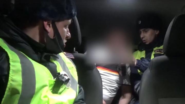 Полицейские 200 километров преследовали по трассе угонщика. При задержании он угрожал им ножом