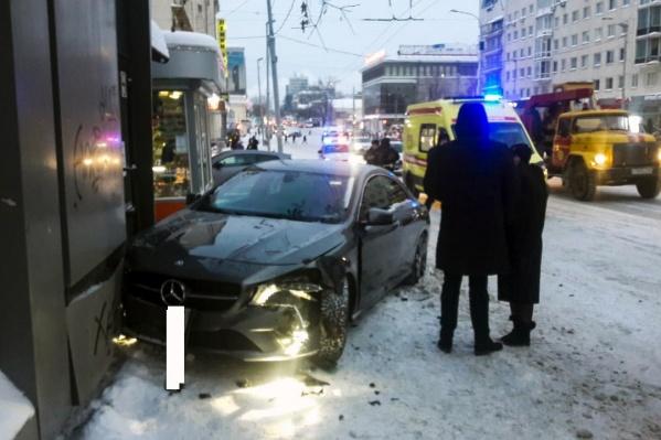 Девушке-водителю удалось избежать столкновения с другой машиной, но в результате пришлось въехать в киоск