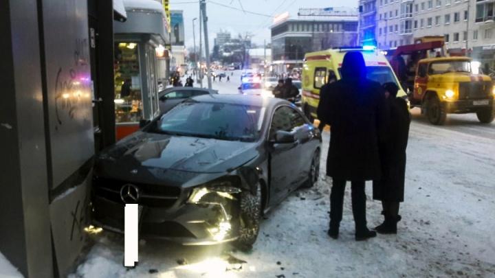 В ГИБДД рассказали, как девушка на Mercedes въехала в киоск на улице Карла Либкнехта