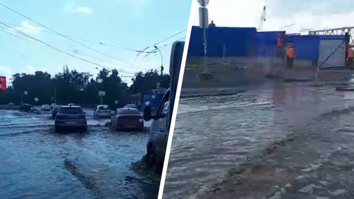 После дождя в Новосибирске затопило дорогу на площади Будагова — видео, как плывут машины