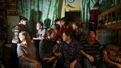 «Все говорят: вы же рожали для себя». Как в бараке в центре Екатеринбурга живет семья с 7 детьми