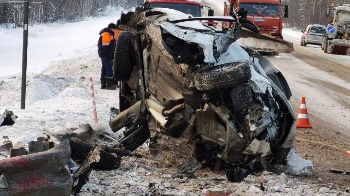 На тюменской трассе после столкновения грузовика с грейдером погиб автомобилист