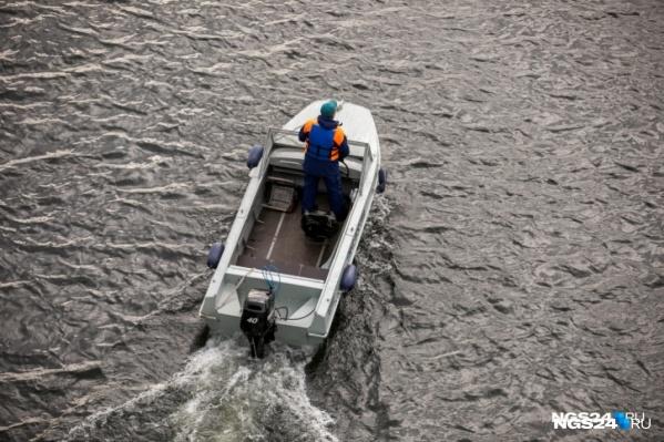Пару эвакуировали на катере
