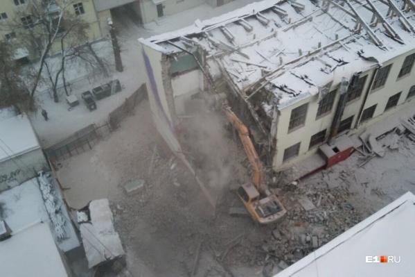 Подрядчик снес уже почти всю торцевую стену внутреннего крыла здания