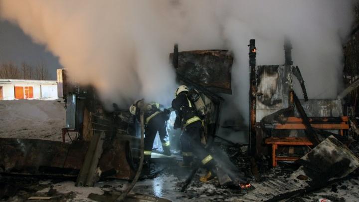 Серьезные ожоги тела: в ночном пожаре на газовой заправке в Архангельске пострадала женщина-оператор