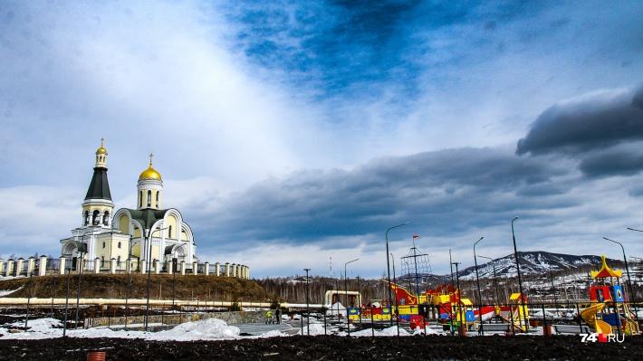 Вид с площади на церковь Иоанна Златоуста