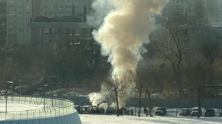 Возле башни «Исеть» загорелись три автомобиля. Их пытались потушить снегом
