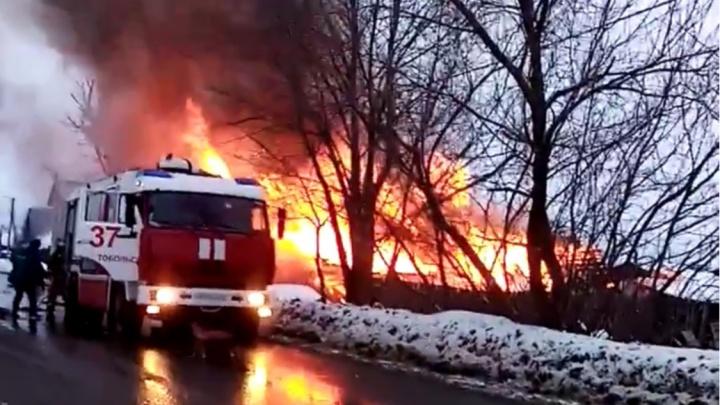 В Тобольске при пожаре взорвался газовый баллон, пострадала женщина