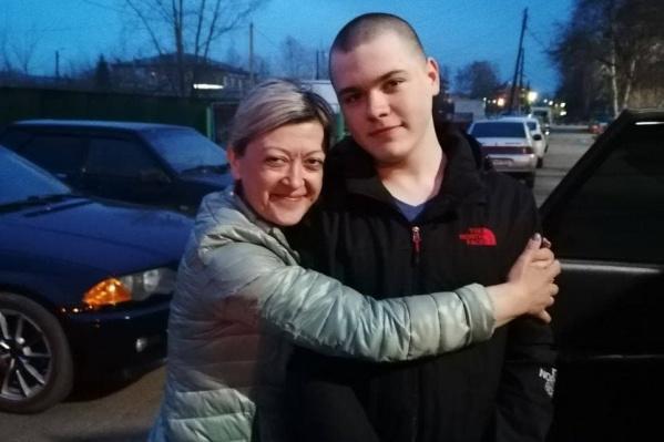 Никита Уваров с мамой — его недавно выпустили из СИЗО