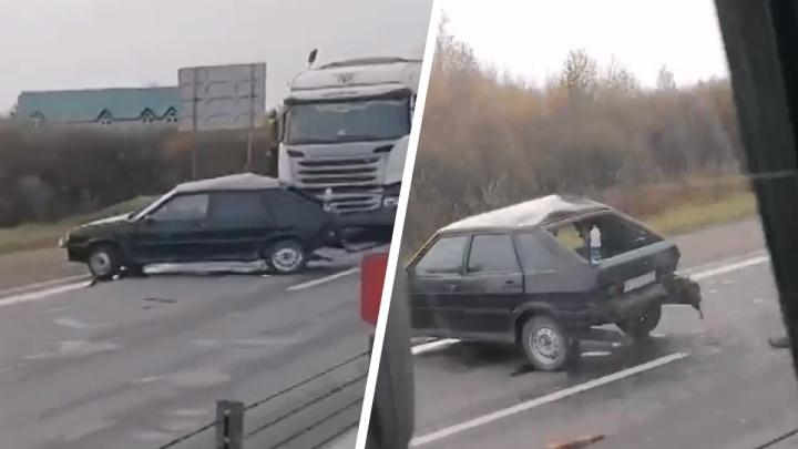 Водитель в больнице: на трассе в Ярославской области столкнулись легковушка и грузовик