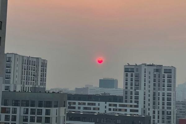 Тюменка, выглянув в окно, удивилась такому «горящему» солнцу