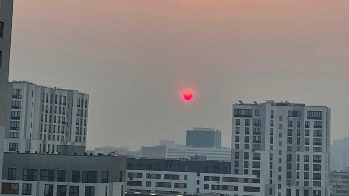 Над Тюменью взошло багровое солнце — виноваты пожары