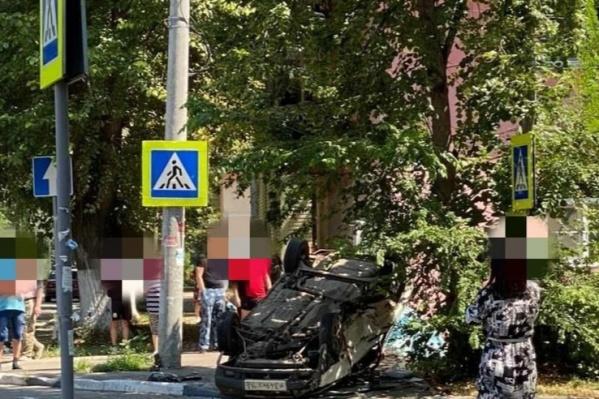 От удара один из автомобилей отбросило к пешеходному переходу