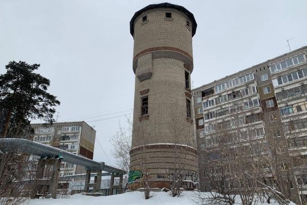 Из башни сейчас вывозят мусор