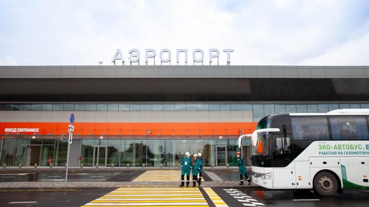 В тобольском аэропорту приземлился первый самолет. Пассажиров встретил губернатор
