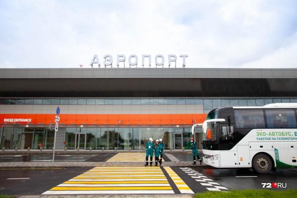 В аэропорту приземлился первый самолет