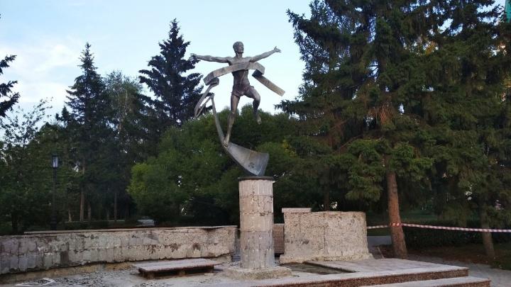 В Омске начали ремонтировать скульптуру «Марафонец» — деньги дал меценат