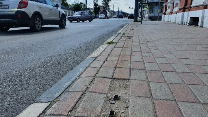 «Тут был бесполезный забор»: в Ярославле власти массово срезают придорожные ограждения