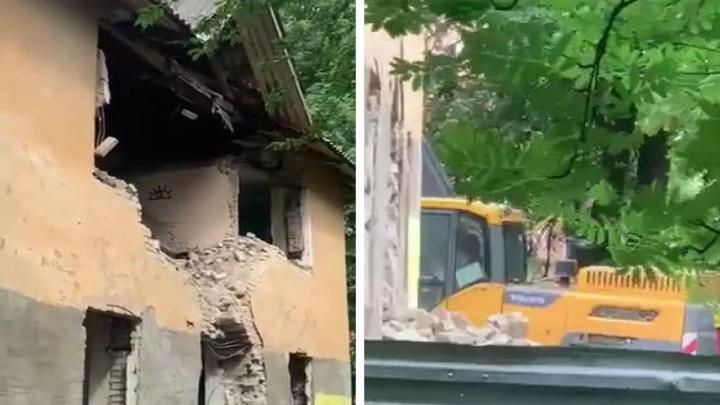 «В праздничный день»: в центре Ярославля под видом капремонта сносят историческое здание