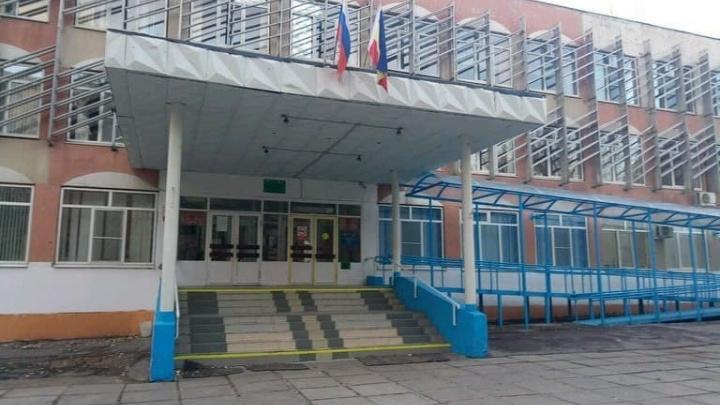 «Дети терпят по 10 часов». Родители пожаловались на ужасные туалеты в ростовской школе № 107