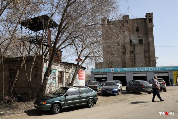Элеватор находится в самом центре города, но вокруг него одни гаражи и склады. Власти хотят изменить территорию кардинально
