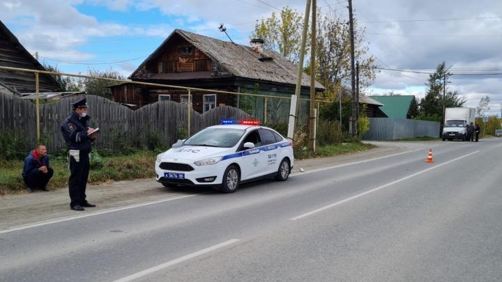 На Урале пьяный работник завода устроил ДТП и сбил пешехода. Женщина умерла по пути в больницу