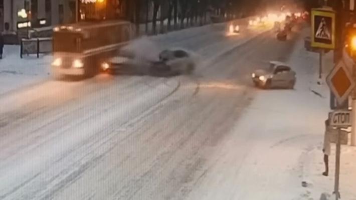 ДТП с тремя легковушками и троллейбусом в Волгограде попало на видео