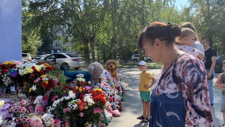 К мемориалу Насти Муравьёвой пришла ее бабушка. Она принесла любимую куклу девочки