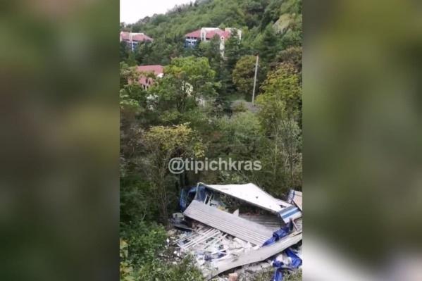 Фура упала с обрыва в лесной части Сочи