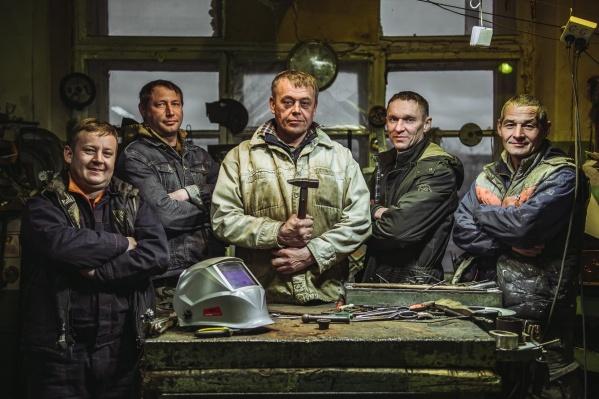 Мастерская находится в старом кузнечном цеху, где каждый день пять мужчин собираются, чтобы гнуть, резать и сваривать металл