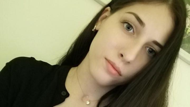 «Постоянно всем помогала, и этим многие пользовались»: в Омске хоронят зарезанную девушку-инвалида