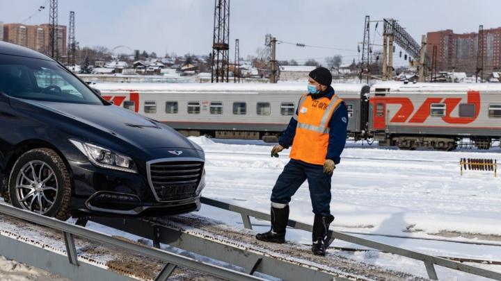 В Красноярск прибыл первый вагон-автомобилевоз. Сколько стоит перевозка авто
