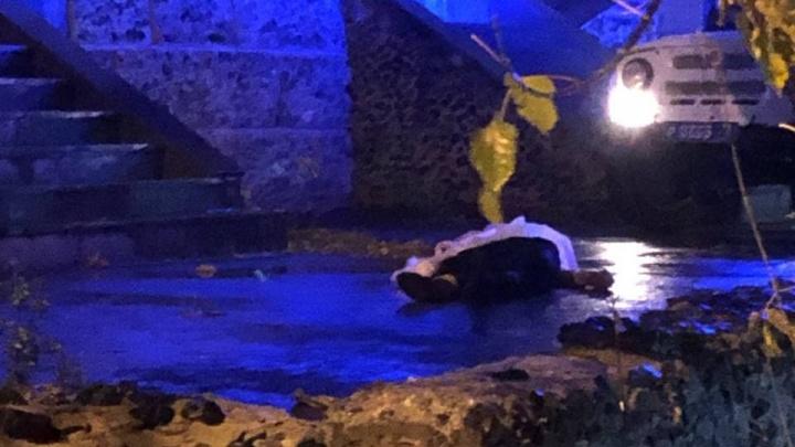 Под окнами тюменской многоэтажки обнаружили тело молодого человека — установлена его личность