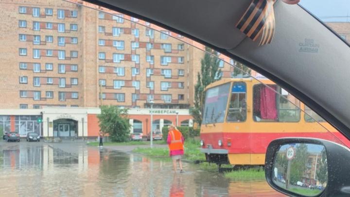 В нескольких районах Екатеринбурга из-за последствий ливня встали трамваи