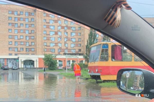 По дорогам, на которых вода поднялась настолько, трамваи проехать не могут