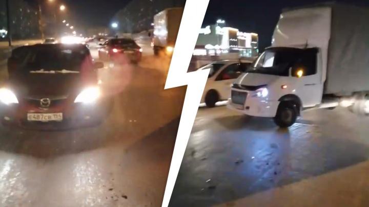 В Октябрьском районе водитель «Камри» врезался в четыре машины и скрылся с места ДТП