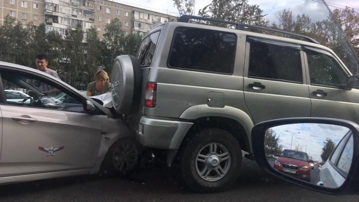 На Серафимы Дерябиной образовалась километровая пробка из-за массовой аварии
